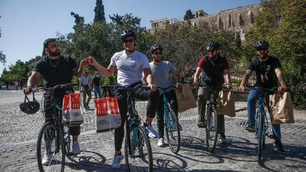 Επιχειρηματίες και αθλητές με ποδήλατα προσφέρουν βοήθεια σε αστέγους στο  κέντρο της Αθήνας - dimosio.gr